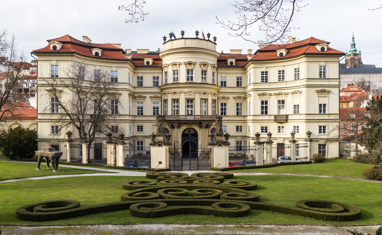 Deutsche Botschaft Prag - Foto: Raimond Spekking / CC BY-SA 4.0 (via Wikimedia Commons), German Embassy, Prague, back side with garden-6587, CC BY-SA 4.0