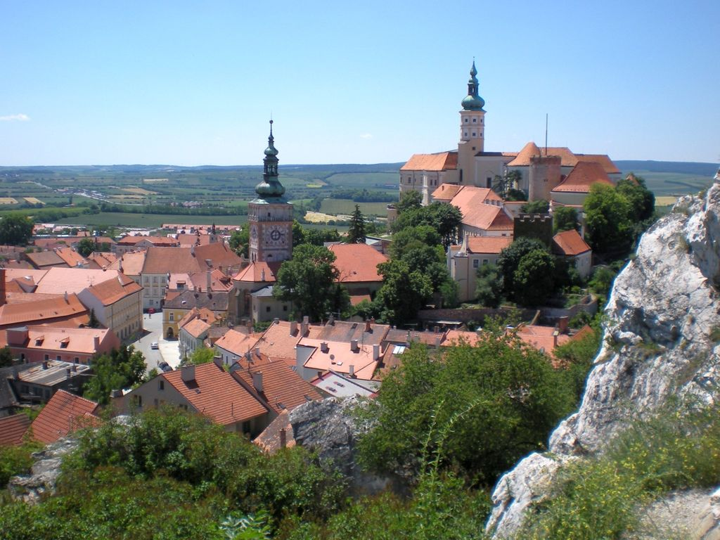 "Nikolsburg - Foto: RomanM82 (https://commons.wikimedia.org/wiki/File:Mikulov_pohled_2.jpg), ""Mikulov pohled 2"", https://creativecommons.org/licenses/by-sa/3.0/legalcode"
