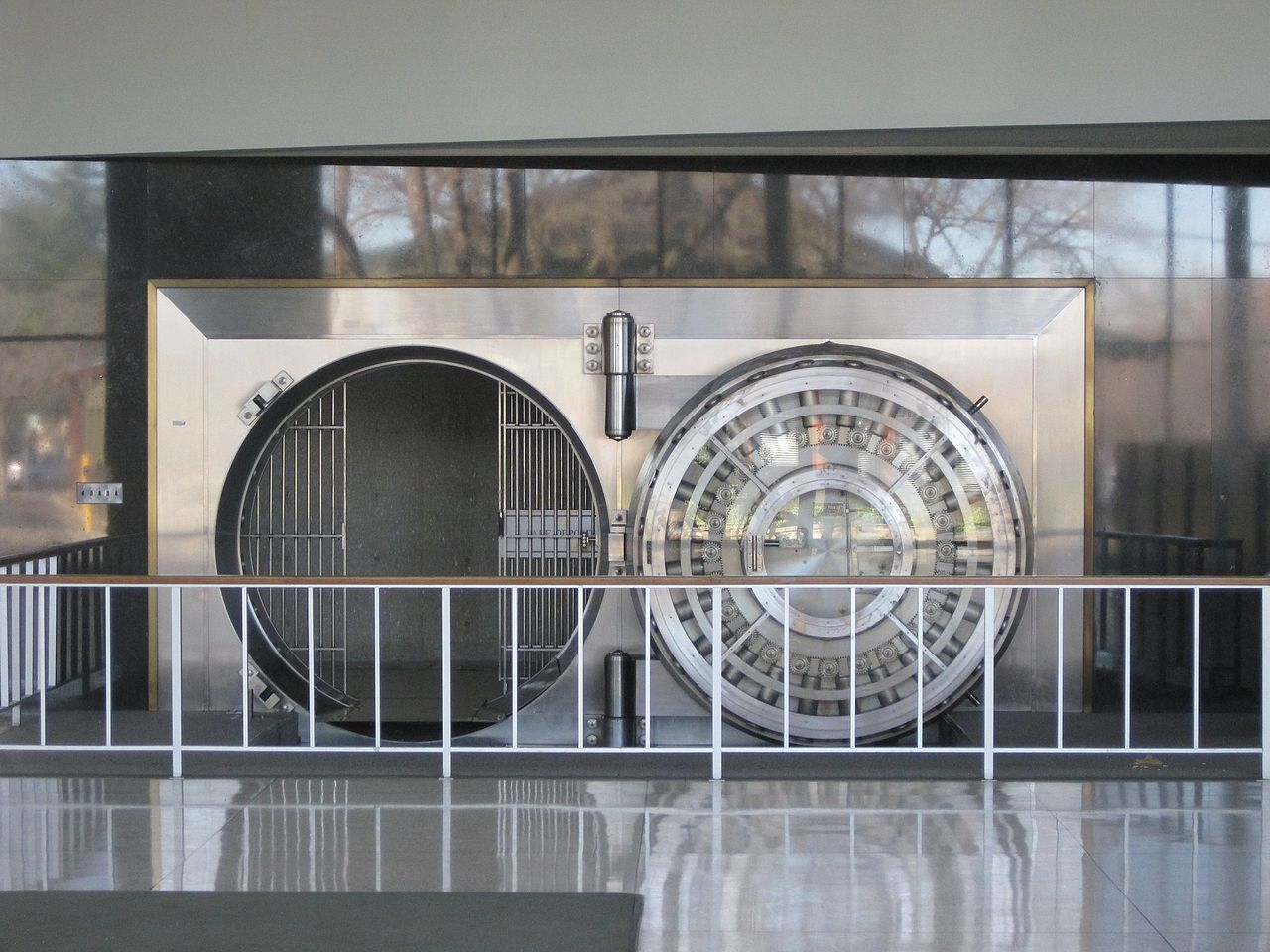 "Datensicherheit für Firmen hat Vorrang - Foto: John McGehjee (https://commons.wikimedia.org/wiki/File:Bank_of_the_West_Los_Altos_branch_vault.jpg), ""Bank of the West Los Altos branch vault"", https://creativecommons.org/publicdomain/zero/1.0/legalcode"