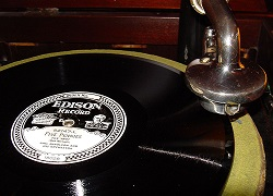 Foto: Diamond Disc Phonograph - Bild: Commons/Norman Bruderhofer, CC BY-SA 2.5